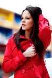 Brunette im roten Mantel lizenzfreie stockfotografie