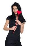 Brunette im schwarzen Kleid mit dem Herzen gemacht vom Papier Stockbild