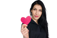 Brunette im schwarzen Kleid mit dem Herzen gemacht vom Papier lizenzfreies stockbild