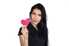 Brunette im schwarzen Kleid mit dem Herzen gemacht vom Papier stockfotos