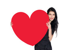 Brunette im schwarzen Kleid mit dem Herzen gemacht vom Papier Stockfoto