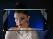 Brunette im Smartphonerahmen lizenzfreie stockfotos