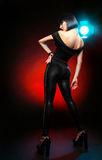 Brunette im Studio in den festen schwarzen Hosen stockbild