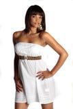 Brunette im weißen Kleid Lizenzfreie Stockbilder