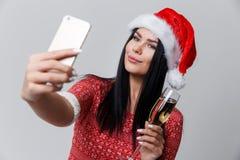 Brunette im Weihnachten mit Wein Lizenzfreies Stockbild