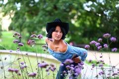 Brunette joven adorable en estilo del vaquero Fotografía de archivo libre de regalías