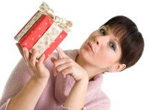 Brunette joven con el regalo de Navidad rojo Fotos de archivo