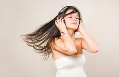 Brunette joven de Gorgoeus sumergido en música. Fotografía de archivo libre de regalías