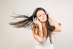 Brunette joven de Gorgoeus sumergido en música. Imágenes de archivo libres de regalías
