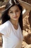 Brunette joven en la camiseta blanca Foto de archivo