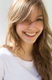 Brunette joven fresco hermoso en la camisa blanca. Foto de archivo