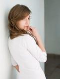 Brunette joven fresco hermoso en la camisa blanca. Foto de archivo libre de regalías