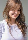Brunette joven fresco hermoso en la camisa blanca. Fotografía de archivo