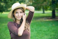 Brunette joven hermoso del resorte que presenta al aire libre. Foto de archivo libre de regalías