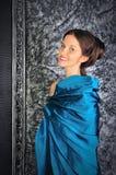 Brunette joven hermoso en alineada azul de la vendimia fotos de archivo