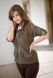 Brunette joven hermoso que presenta al aire libre Foto de archivo libre de regalías