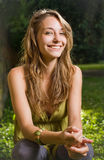 Brunette joven hermoso que presenta en alineada verde. Foto de archivo