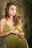 Brunette joven magnífico en alineada verde al aire libre. Imagen de archivo libre de regalías
