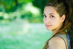Brunette joven magnífico en el parque. Foto de archivo