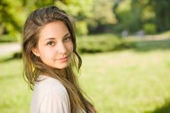 Brunette joven magnífico en el parque. Imagen de archivo libre de regalías