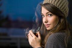 Brunette joven magnífico que sostiene té. Fotos de archivo libres de regalías