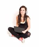 Brunette joven magnífico que usa la computadora portátil. Fotografía de archivo