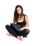 Brunette joven magnífico que usa la computadora portátil. Foto de archivo libre de regalías
