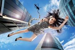 Brunette joven que cae abajo el cielo Foto de archivo