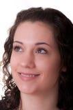 Brunette joven que mira para arriba y a la derecha que sonríe Imagen de archivo libre de regalías
