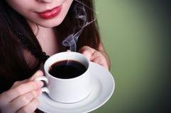 Brunette joven que sostiene una taza de café. Fotos de archivo libres de regalías