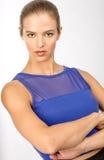 Brunette-junge Frau mit Hazel Eyes im Blau Stockfotografie