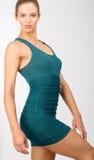Brunette-junge Frau mit Hazel Eyes im blauen Körper-Betrug-Kleid Stockfoto