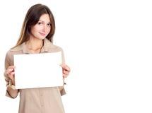 Brunette lindo con el papel en blanco Imagen de archivo libre de regalías