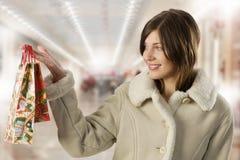 Brunette lindo con la compra de la Navidad Fotografía de archivo libre de regalías