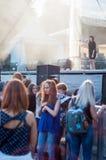 Brunette Mädchen, das 3 singt Lizenzfreies Stockfoto