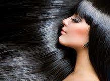 Brunette-Mädchen. Gesundes langes Haar stockfoto