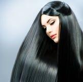 Brunette-Mädchen mit dem langen Haar stockfoto