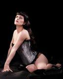 Brunette magnifique dans le corset argenté Images libres de droits