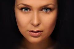 Brunette met blauwe ogen Stock Afbeeldingen