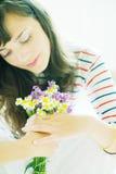 Brunette met bloemen Stock Foto's