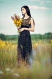 Brunette met bloemen Stock Afbeeldingen