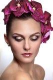 Brunette met bloemen in haar haar Stock Afbeeldingen