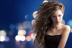 Brunette met creatief kapsel op bokeh royalty-vrije stock afbeeldingen
