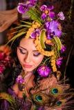 Brunette met creatieve samenstelling in purpere tonen Stock Afbeeldingen