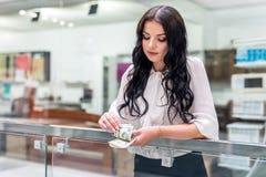 brunette met dollarbankbiljetten in grote wandelgalerij stock afbeeldingen
