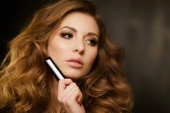 Brunette met in hand lippenstift Royalty-vrije Stock Foto's