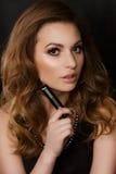 Brunette met in hand lippenstift Royalty-vrije Stock Afbeeldingen