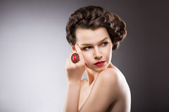 Brunette met Juwelen - Ruby Oval Ring Royalty-vrije Stock Afbeelding