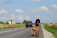 Brunette met koffer in weg, weg. Royalty-vrije Stock Afbeelding