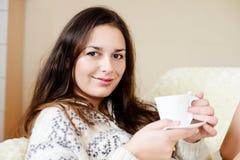 Brunette met kop van koffie stock foto's